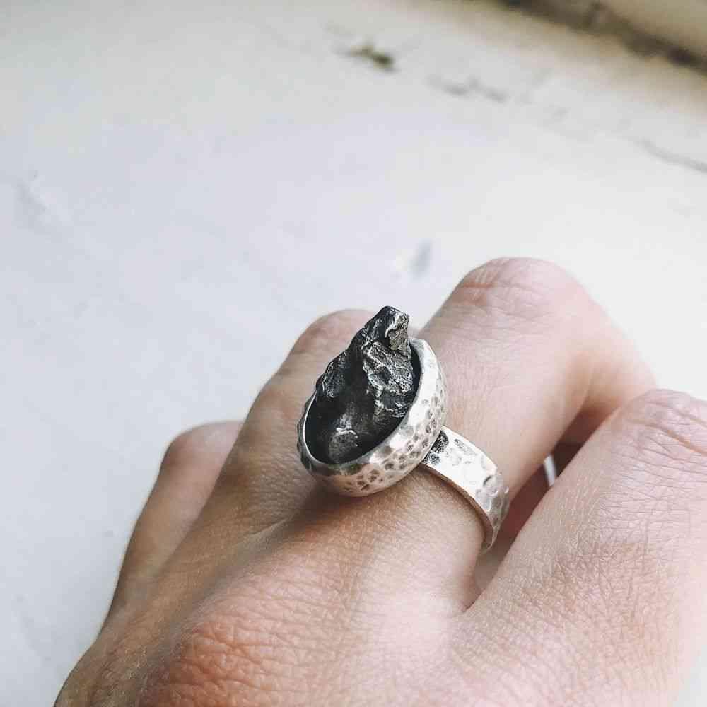 Bague météorite brute ovale sur bague en argent